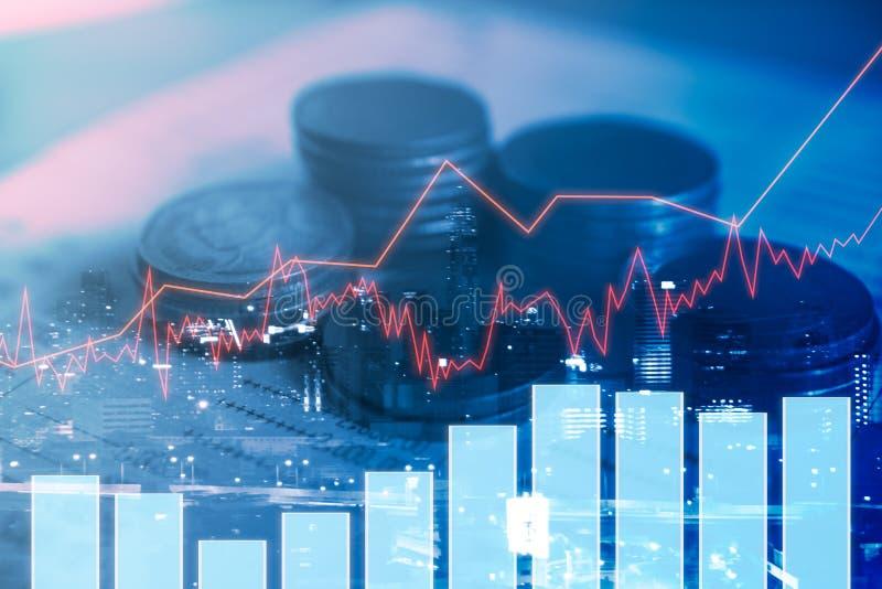 Argent de pièce de monnaie de pile avec des finances de rapport de banque de livre avec la courbe de rentabilité photos stock