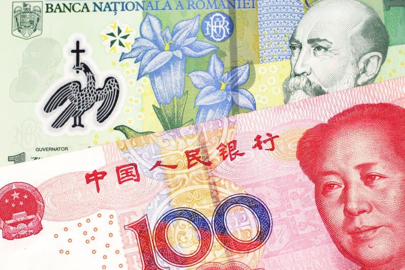 Argent de Roumanie avec l'argent chinois dans le macro photos stock