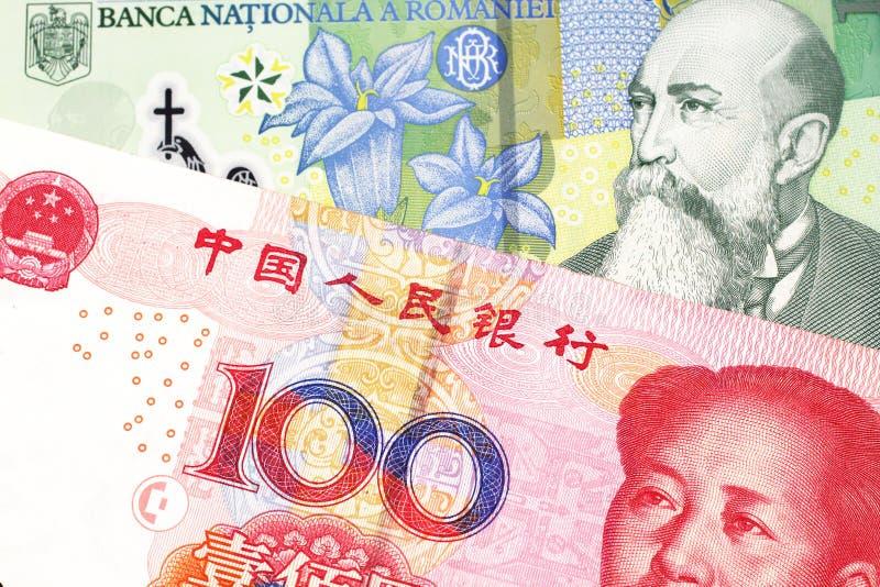 Argent de Roumanie avec l'argent chinois dans le macro images libres de droits