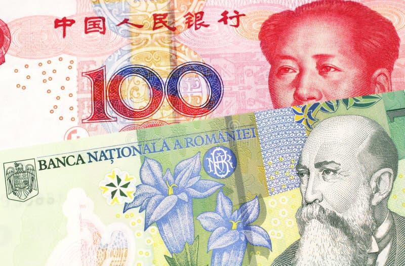 Argent de Roumanie avec l'argent chinois dans le macro photographie stock