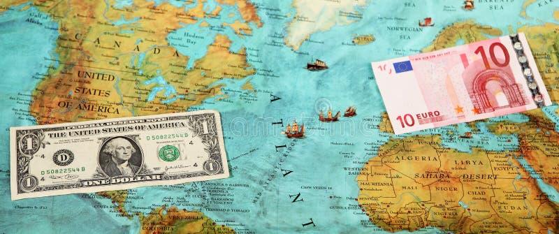 Argent du monde, carte du monde, transfert d'argent photos stock