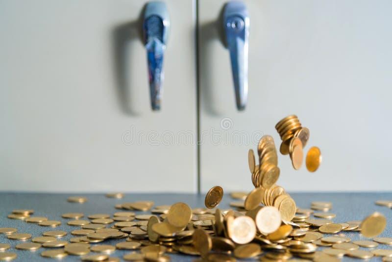 Argent en baisse de pièces d'or sur la table de bureau avec le coffret b de document images stock
