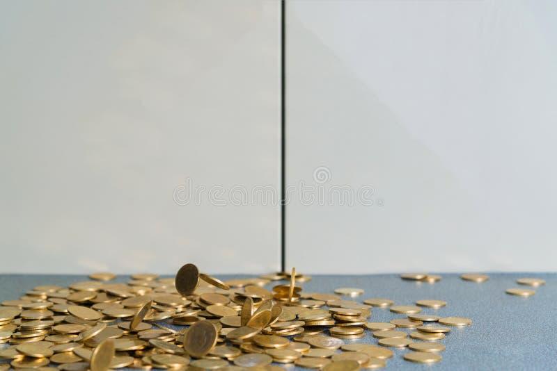 Argent en baisse de pièces d'or sur la table de bureau avec le coffret b de document photographie stock