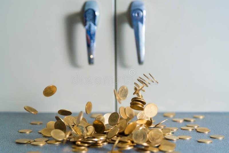 Argent en baisse de pièces d'or sur la table de bureau avec le coffret b de document photos libres de droits