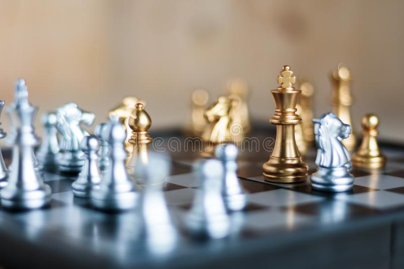 Argent et d'or avec l'ennemi dans la tactique et le busine de métaphore de jeu photographie stock