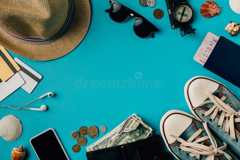 Argent et passeport avec des chaussures en caoutchouc photo libre de droits