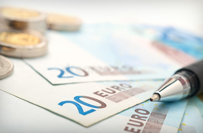 Argent et pièces de monnaie, fin vers le haut. image stock