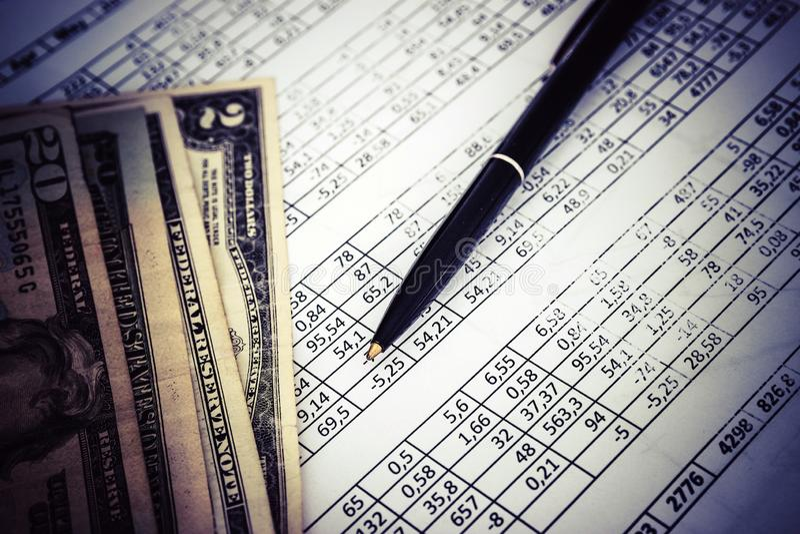 Argent et stylo, morceau de papier avec des nombres, concept d'affaires images stock