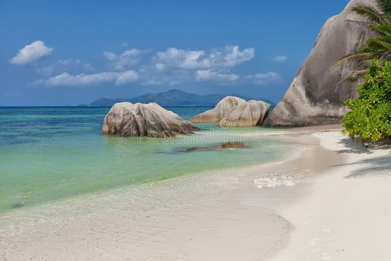 Argent ` för Anse källa D - granit vaggar på den härliga stranden på tropisk öLa Digue i Seychellerna royaltyfri fotografi
