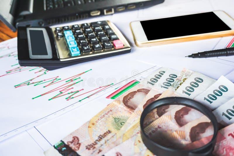 Argent, graphique de gestion, calculatrice et téléphone intelligent sur le bureau photographie stock