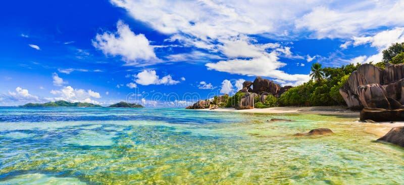 argent källa för strand D seychelles arkivbild