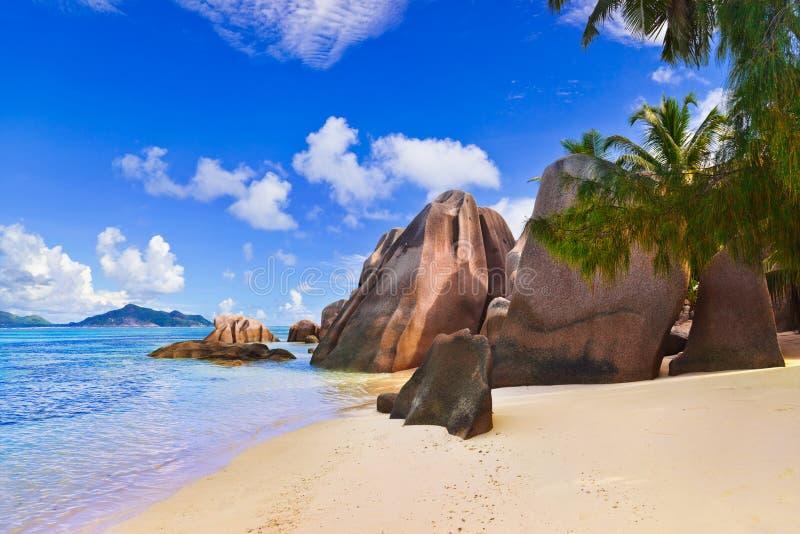 argent källa för strand D seychelles royaltyfri fotografi