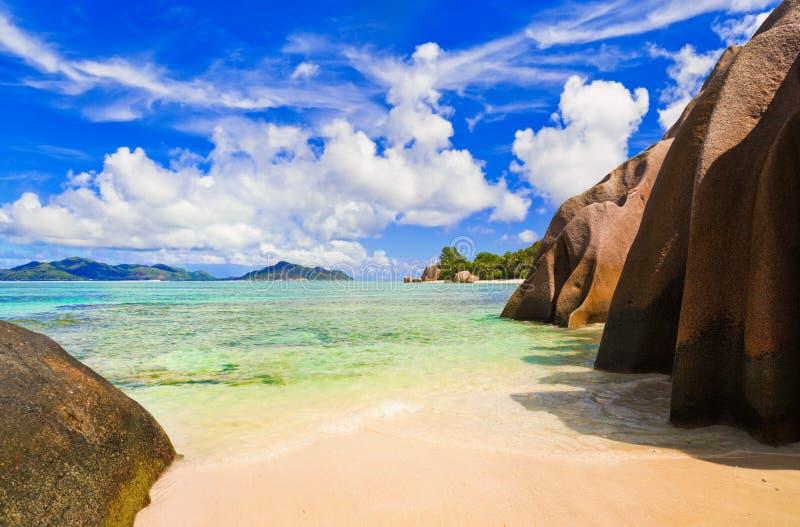 argent källa för strand D seychelles arkivbilder