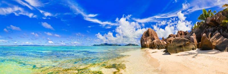 argent källa för strand D seychelles royaltyfria bilder
