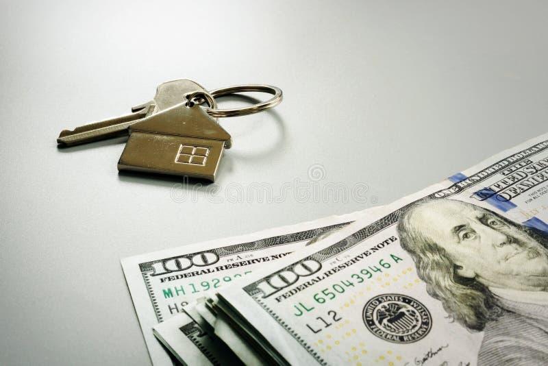 Argent pour l'achat ou la propriété et la clé de loyer image libre de droits