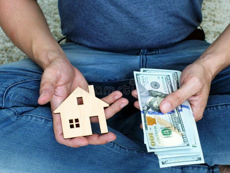 Argent pour la maison à louer ou l'appartement images libres de droits