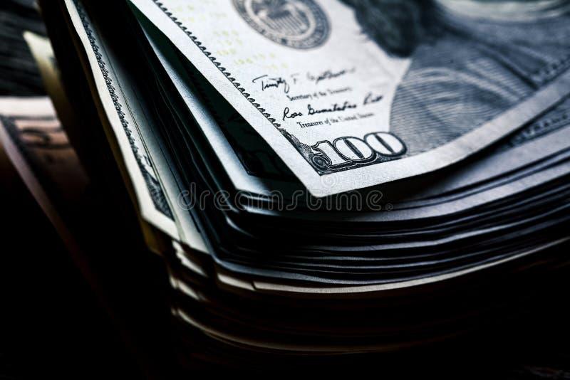 Argent sur un fond en bois sort 100 dollars, composition en affaires photographie stock