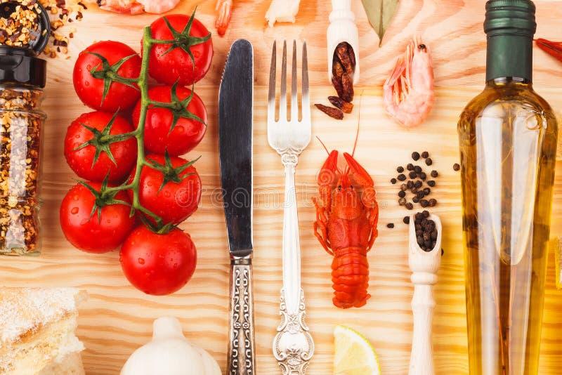 Argenteria con le spezie, i pomodori ciliegia ed i cancri fotografia stock