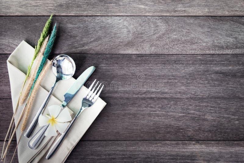 Argenteria con un fiore su fondo di legno rustico Annata co fotografia stock libera da diritti