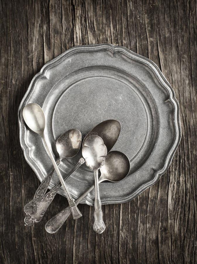 Argenterie de vintage sur la plaque de métal rustique photographie stock