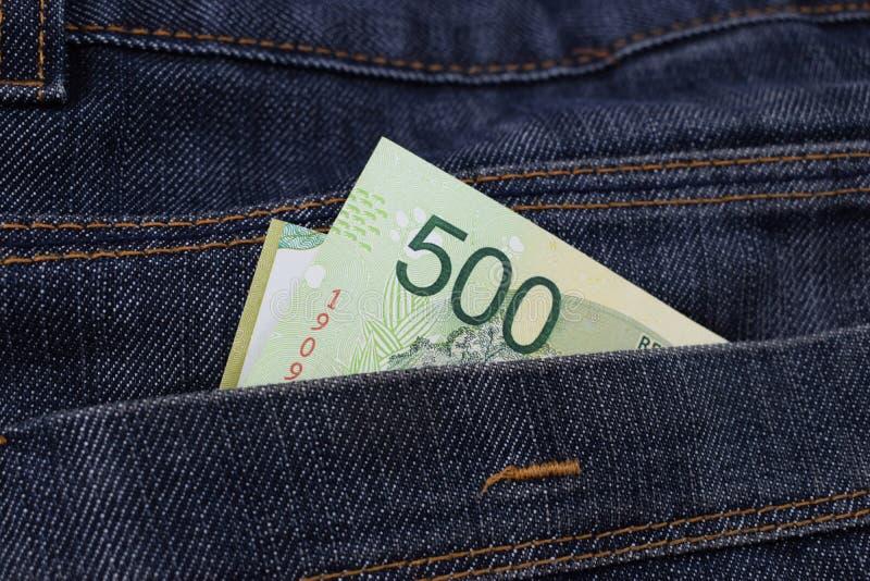Argentina 500 pesos em uns bolsos das calças de brim imagens de stock