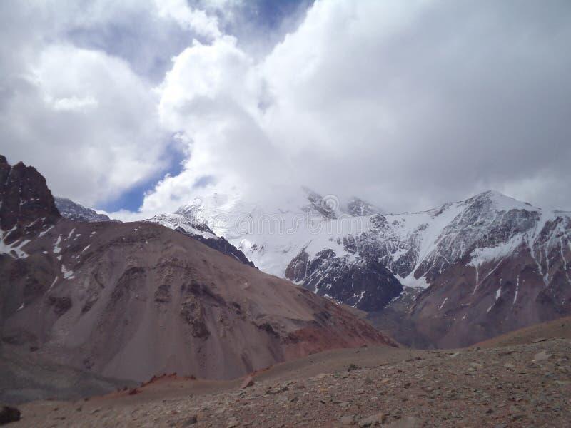 Argentina - picos famosos - que caminha em Cantral Andes - nuvens maciças acima dos picos imagem de stock royalty free