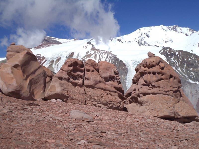Argentina - picos famosos - que caminha em Cantral Andes - picos em torno de nós - formações de rocha fotografia de stock royalty free