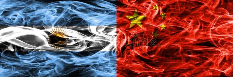 Argentinië versus zij aan zij geplaatste de rookvlaggen van China Dik gekleurde zijdeachtige rookvlaggen van Argentijns en China vector illustratie