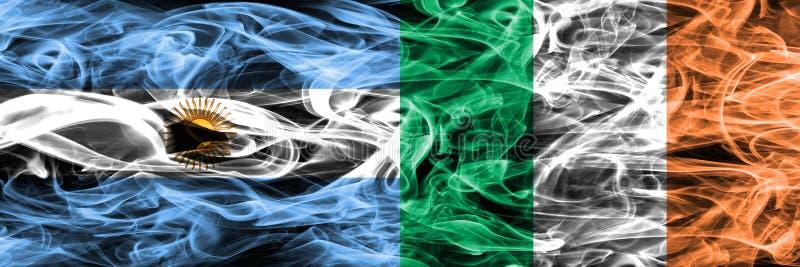 Argentinië versus zij aan zij geplaatste de rookvlaggen van Ierland Dik gekleurde zijdeachtige rookvlaggen van Argentijns en Ierl stock illustratie