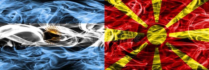 Argentinië versus zij aan zij geplaatste de rookvlaggen van Macedonië Dik gekleurde zijdeachtige rookvlaggen van Argentijns en Ma royalty-vrije illustratie