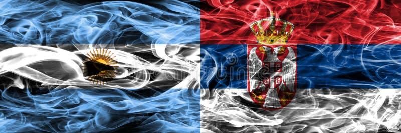 Argentinië versus zij aan zij geplaatste de rookvlaggen van Servië Dik gekleurde zijdeachtige rookvlaggen van Argentijns en Servi royalty-vrije illustratie