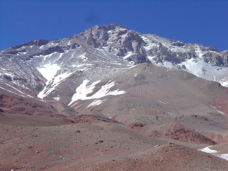 Argentinien - berühmte Spitzen - wandernd in Cantral Anden - Spitzen um uns - La Ramada lizenzfreie stockfotos