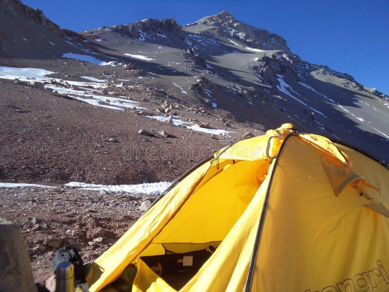 Argentinien - berühmte Spitzen - wandernd in Cantral Anden - Spitzen um uns - Lager unter dem La Ramada-Gipfel lizenzfreie stockfotos