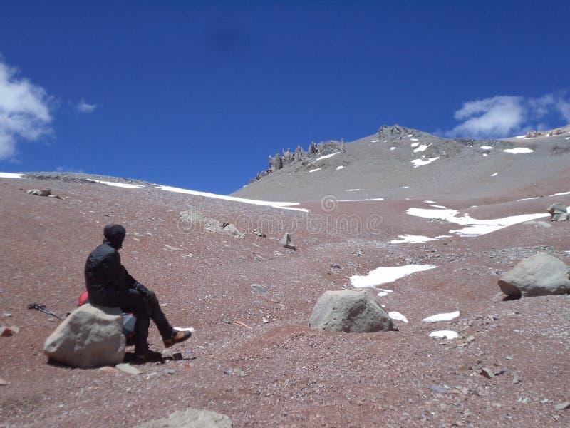 Argentinien - berühmte Spitzen - wandernd in Cantral Anden - Spitzen um uns - zum Gipfel von La Ramada lizenzfreie stockfotografie