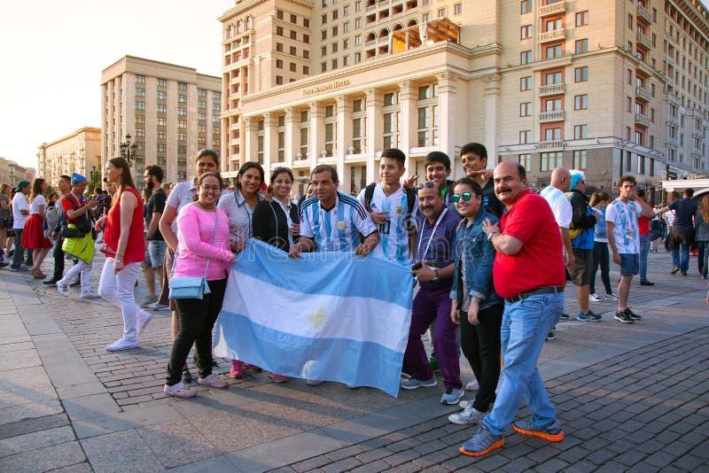 Argentinien-Fußballfane mit der Flagge von Argentinien auf rotem Quadrat in Moskau Fußballweltcup stockfotografie