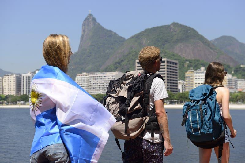 Argentinische Sportfreunde in Rio de Janeiro mit Christus der Erlöser im Hintergrund. stockbilder