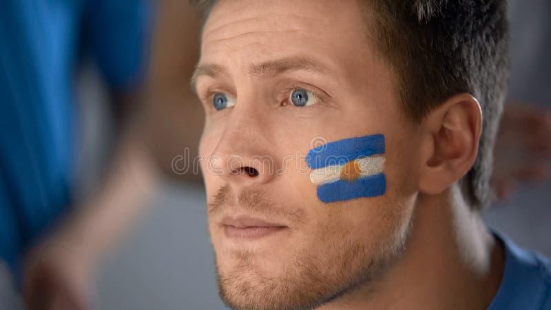 Argentinsk fotbollsfan som väntar på segra målet, hopp, stora förväntningar royaltyfri foto