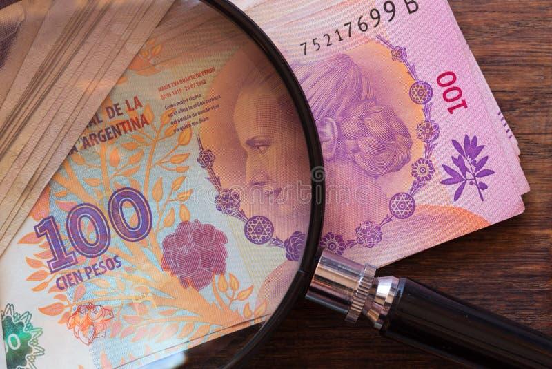 Argentinska pengar, peso, höga valörer med förstoring royaltyfria foton