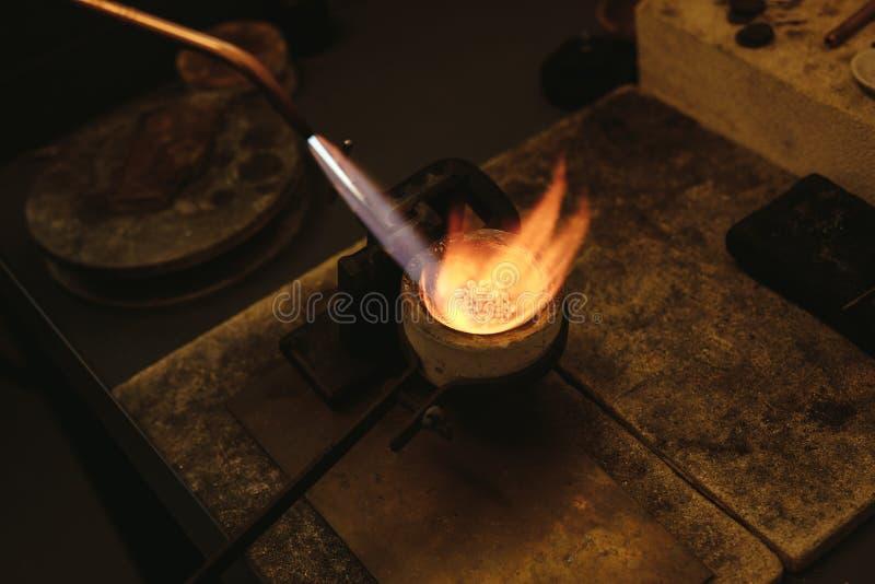 Argento di fusione in un piccolo crogiolo immagine stock
