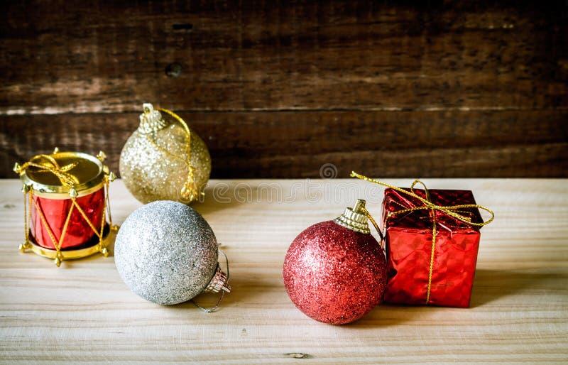 Argento rosso dell'oro delle bagattelle di Natale sulla tavola fotografia stock libera da diritti