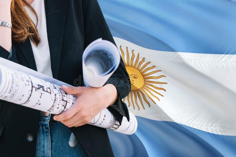 Argentyński architekt kobiety mienia projekt przeciw Argentyna falowania flagi tłu Budowy i architektury poj?cie zdjęcie stock