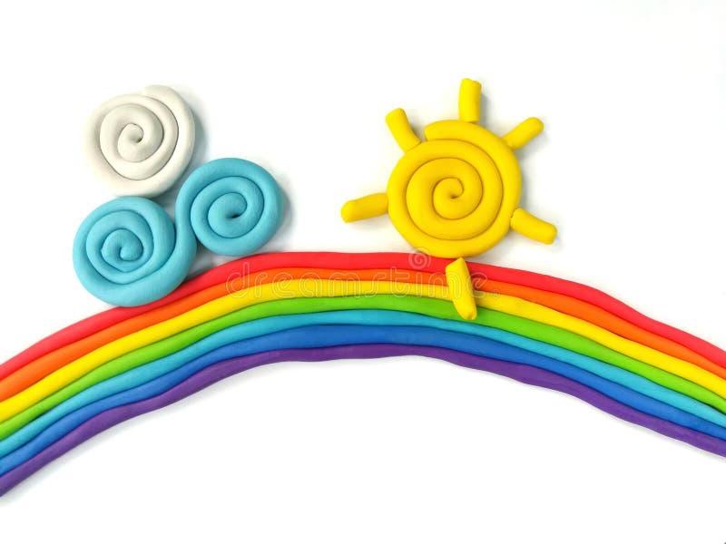 Argila colorida do plasticine, massa bonita do céu, nuvem feito a mão, fundo branco do sol do arco-íris imagem de stock