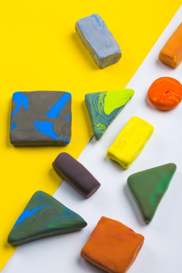 Argila colorida na exposição da tabela como a barra de chocolate com papel amarelo imagens de stock royalty free