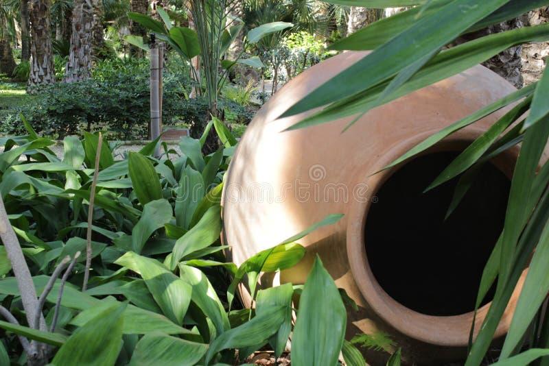 A argila colossal range decorando um jardim em Elche fotos de stock