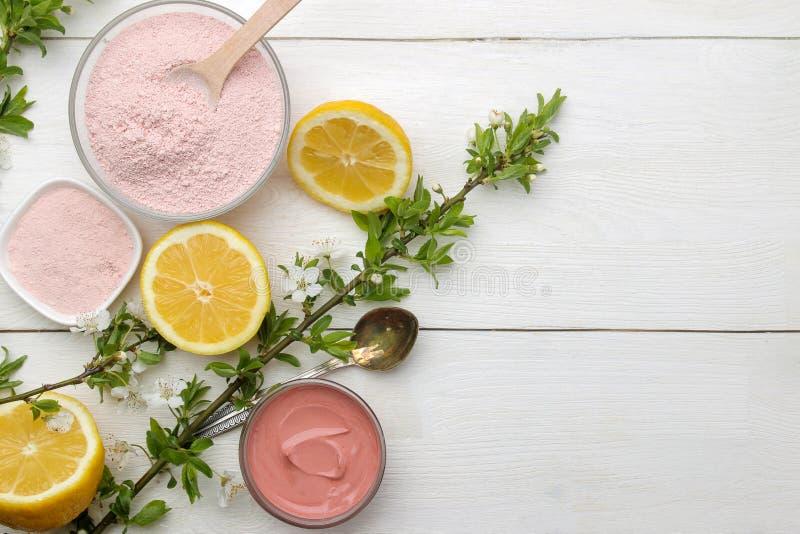 Argila cosm?tica Argila cosmética cor-de-rosa em tipos diferentes em uma tabela de madeira branca máscara protetora e corpo Produ fotografia de stock