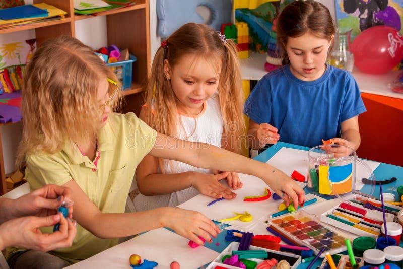 Argila de modelagem da massa de modelar na classe das crianças O professor ensina na escola fotografia de stock royalty free