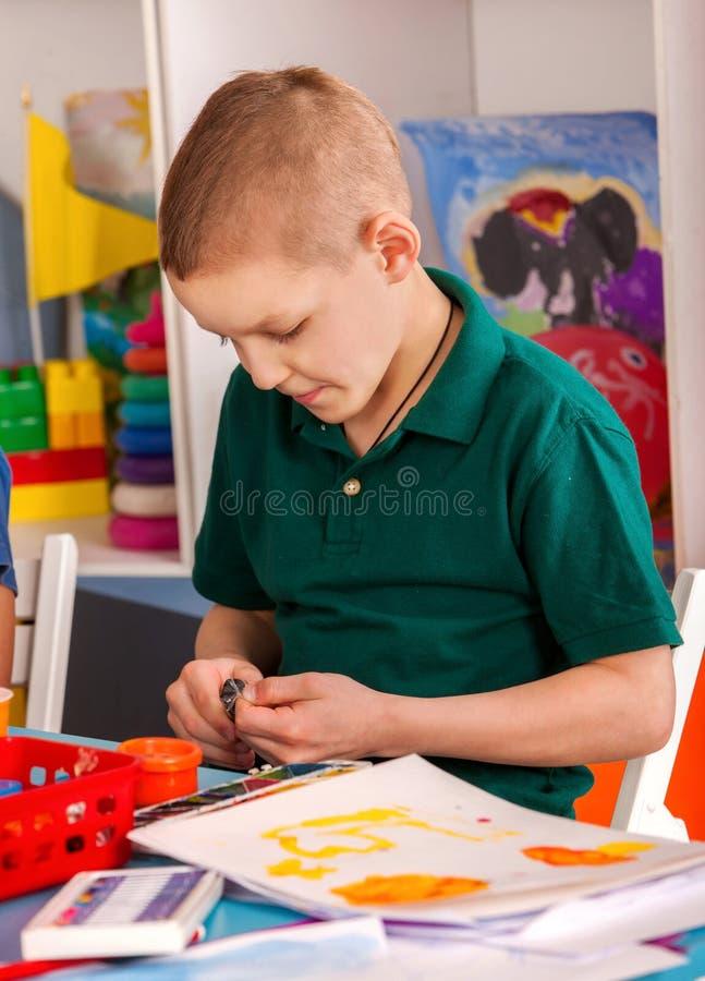 Argila de modelagem da massa de modelar na classe das crianças O professor ensina na escola imagens de stock