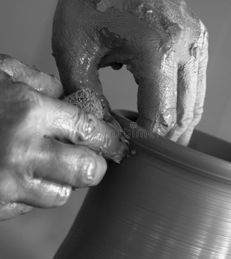Argila de trabalho do oleiro foto de stock