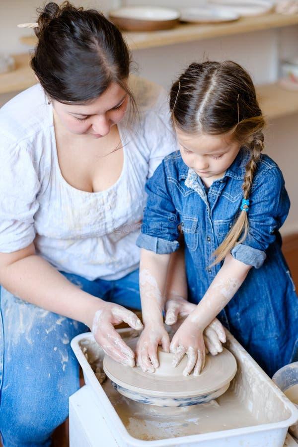 Argile créatif de fille d'art de loisirs de poterie de passe-temps d'enfant images libres de droits