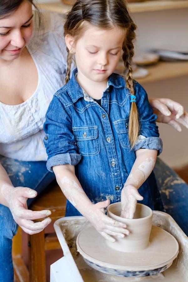 Argile créatif de fille d'art de loisirs de poterie de passe-temps d'enfant photo libre de droits